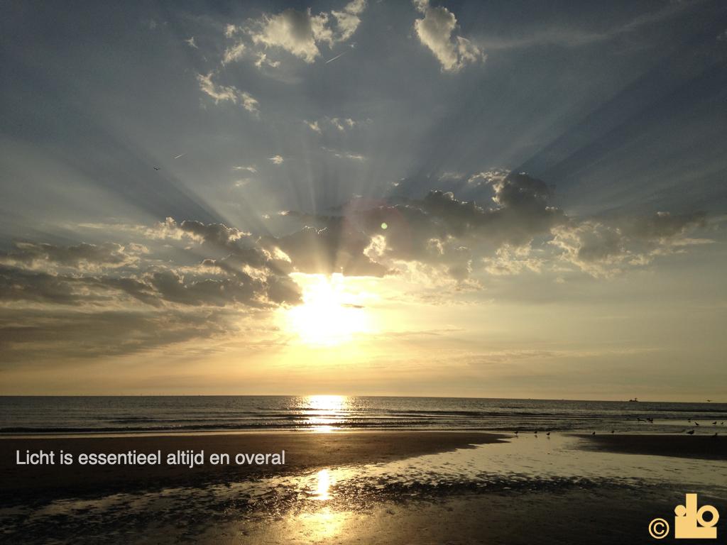 licht van de zonsondergang boven zee met stralen in de lucht
