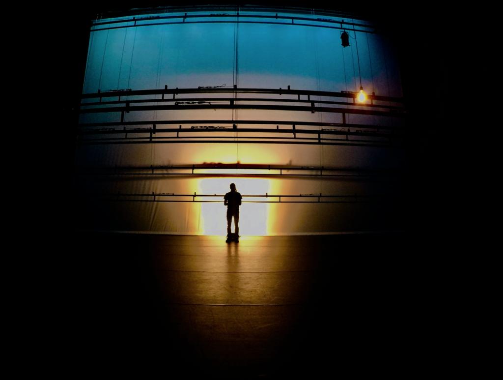 silhouet in leeg theater met de lichttrekken laag boven de vloer