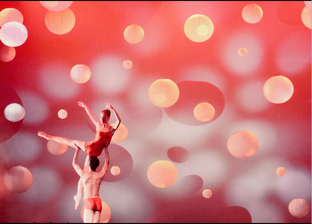lichtontwerp voor ballet danseres zweeft door rondhangende bollen